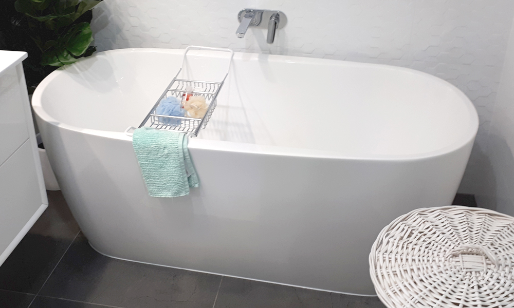 Free Standing Bathtub with Grey Tiles